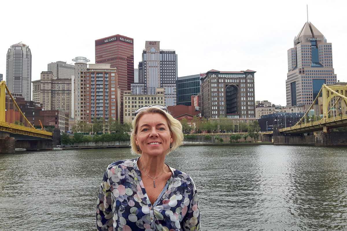 CANUSA Mitarbeiterin Helga Freund am Allegheny River in Pittsburgh