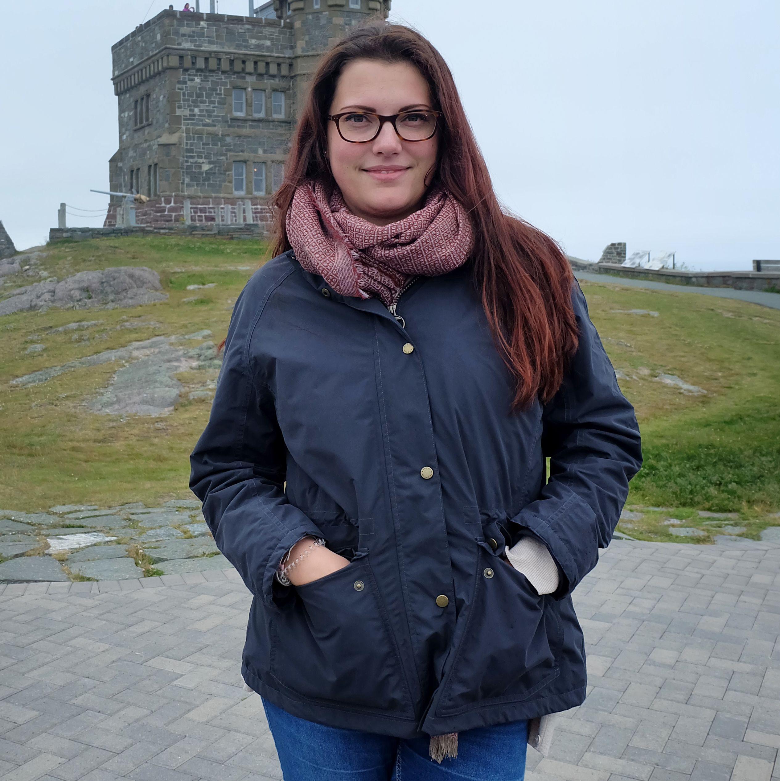 Marie Kipp vor dem Carbot Tower in St. Johns, Neufundland