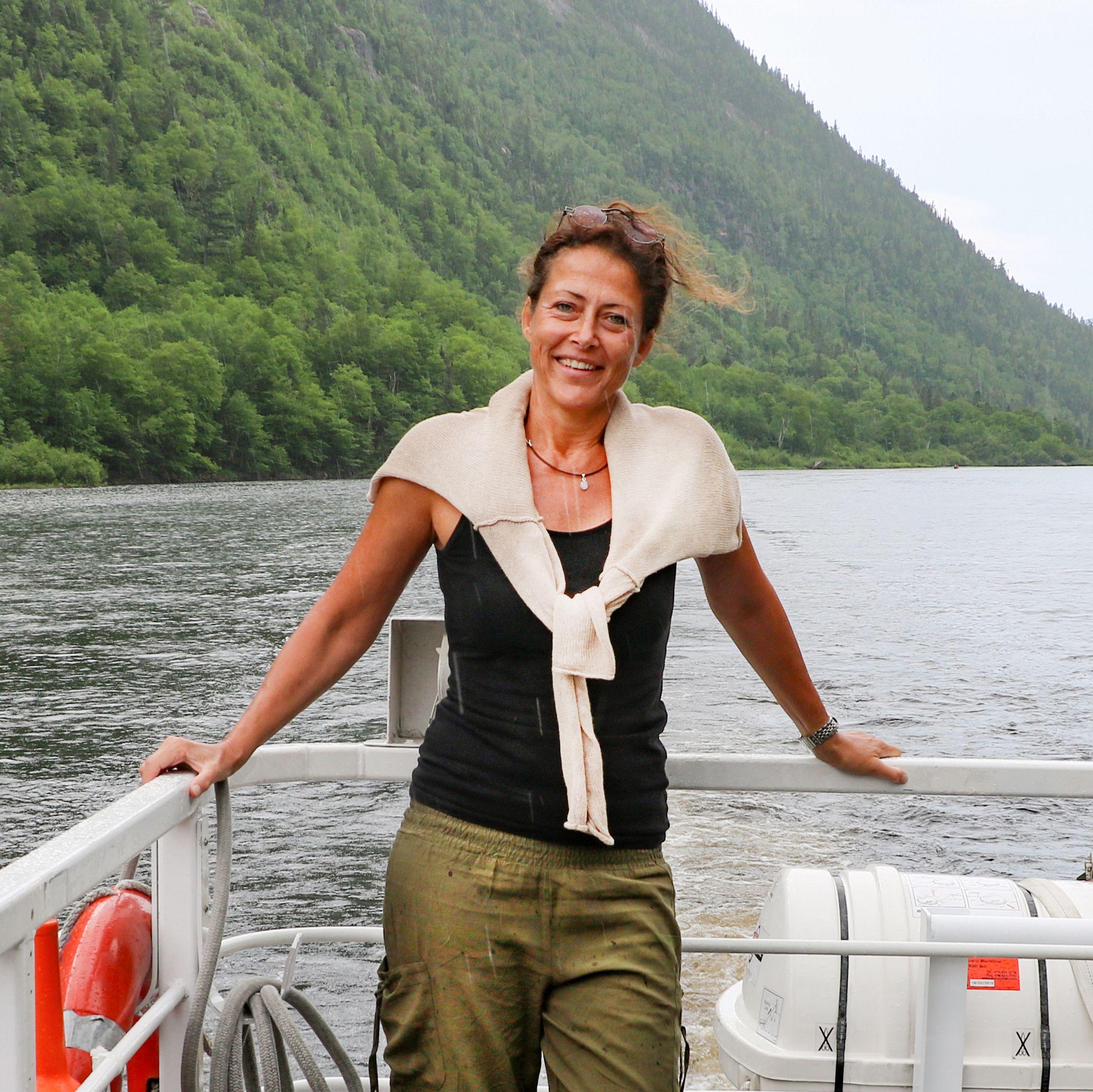Mitarbeiterin Stefanie Kindl bei einer Bootstour auf dem Malbaie River in Kanada