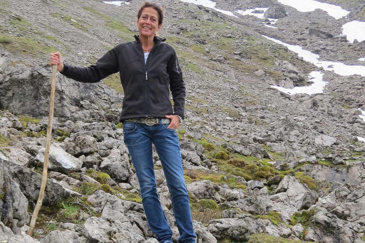 Stefanie beim Wandern durch die Berge