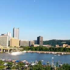 Die Aussicht auf die Skyline von Pittsburg vom Ufer des Allegheny Rivers