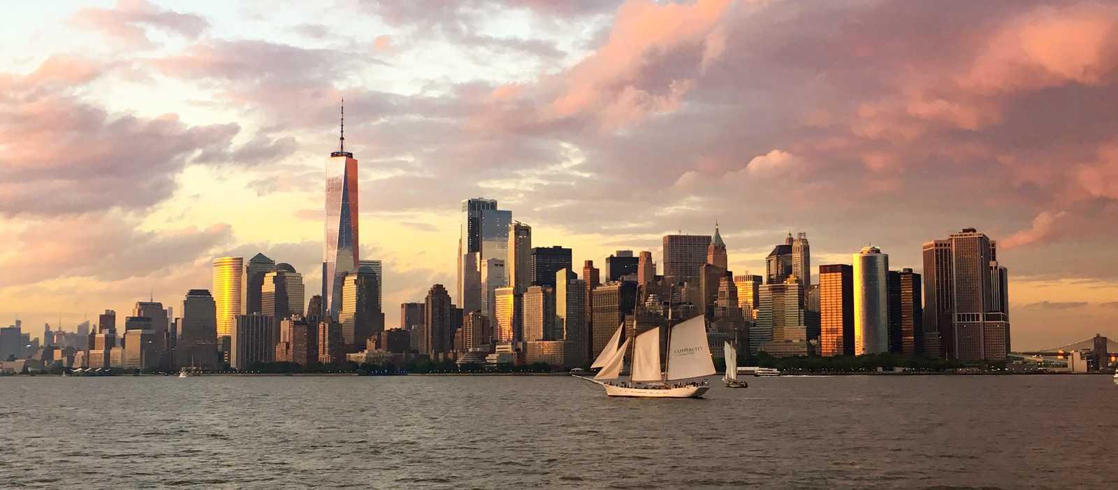 Die atemberaubende Skyline New Yorks bei Sonnenuntergang