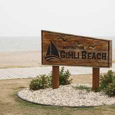 Ein Schild am Strand von Gimli am Lake Winnipeg in Manitoba