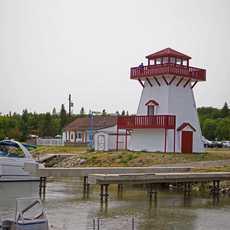 Der Leuchtturm im Hafen von Gull Harbour auf Hecla Island, Manitoba