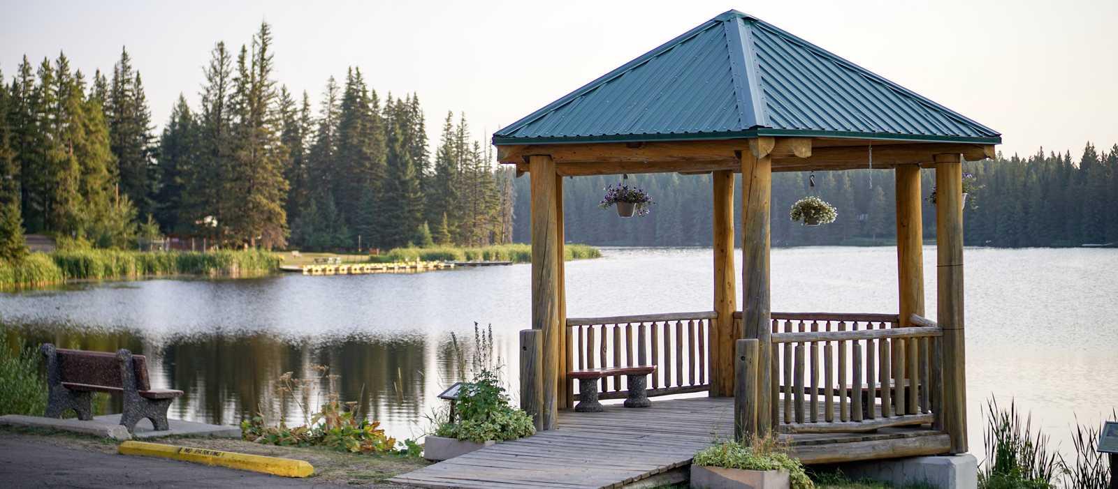 Ein Pavillon an einem See im Cypress Hills Interprovincial Park in Saskatchewan