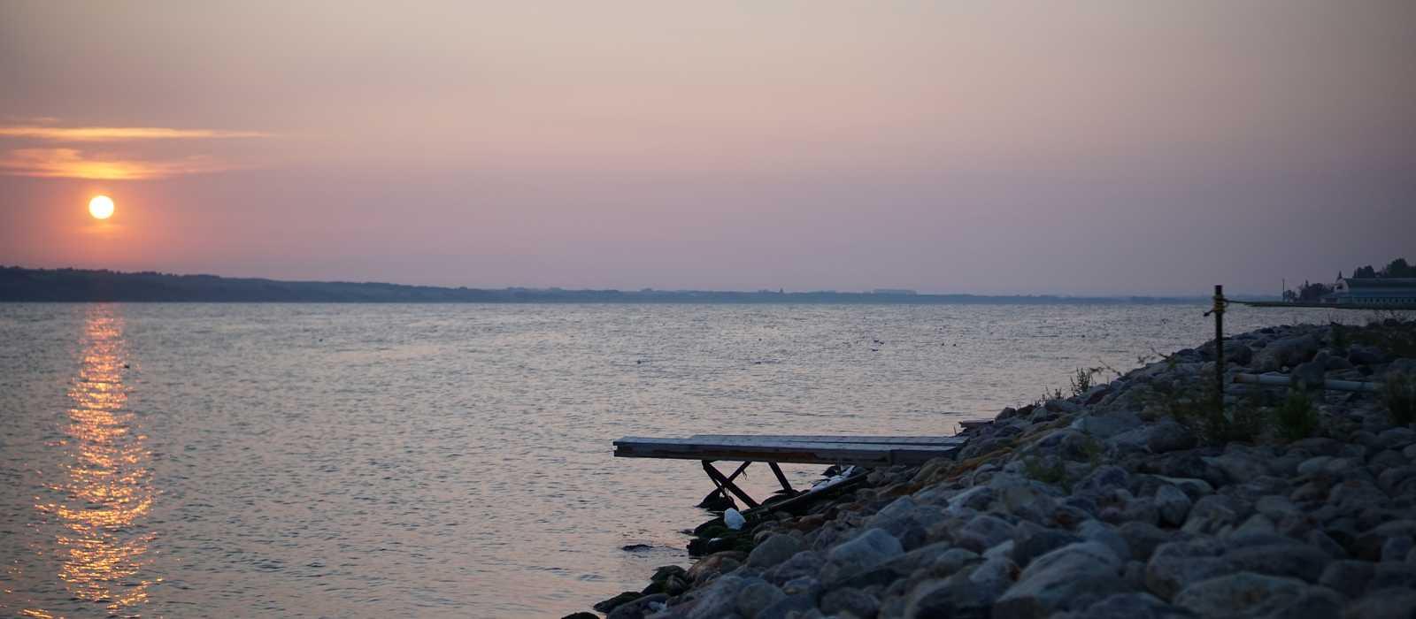 Der Sonnenaufgang an der Küste von Manitou Beach in Saskatchewan