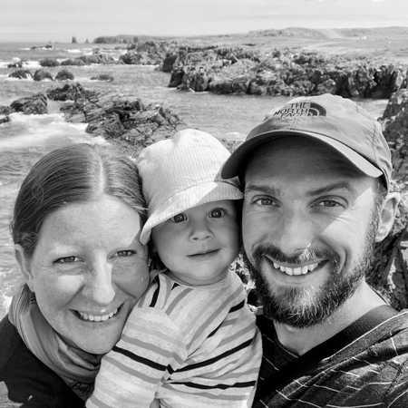 CANUSA Mitarbeiterin Odette Schiller mit ihrer Familie vor der Küste des Dungeon Provincial Parks in Neufundland