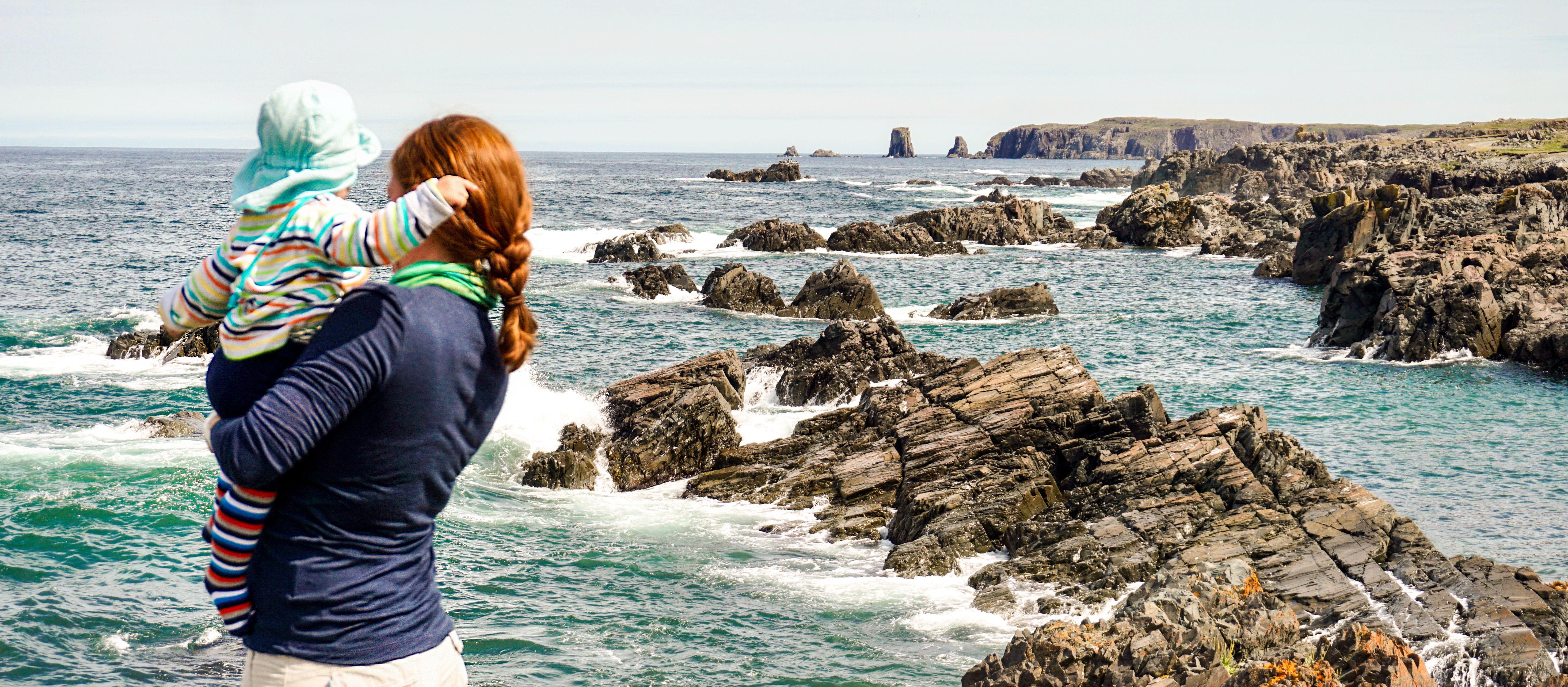 CANUSA Mitarbeiterin Odette Schiller mit ihrem Kind vor der Küste des Dungeon Provincial Parks in Neufundland