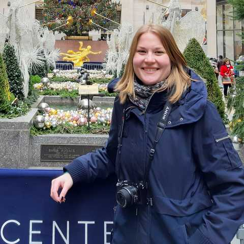 CANUSA Mitarbeiterin Sabrina Karavla vor dem Rockefeller Center in New York City