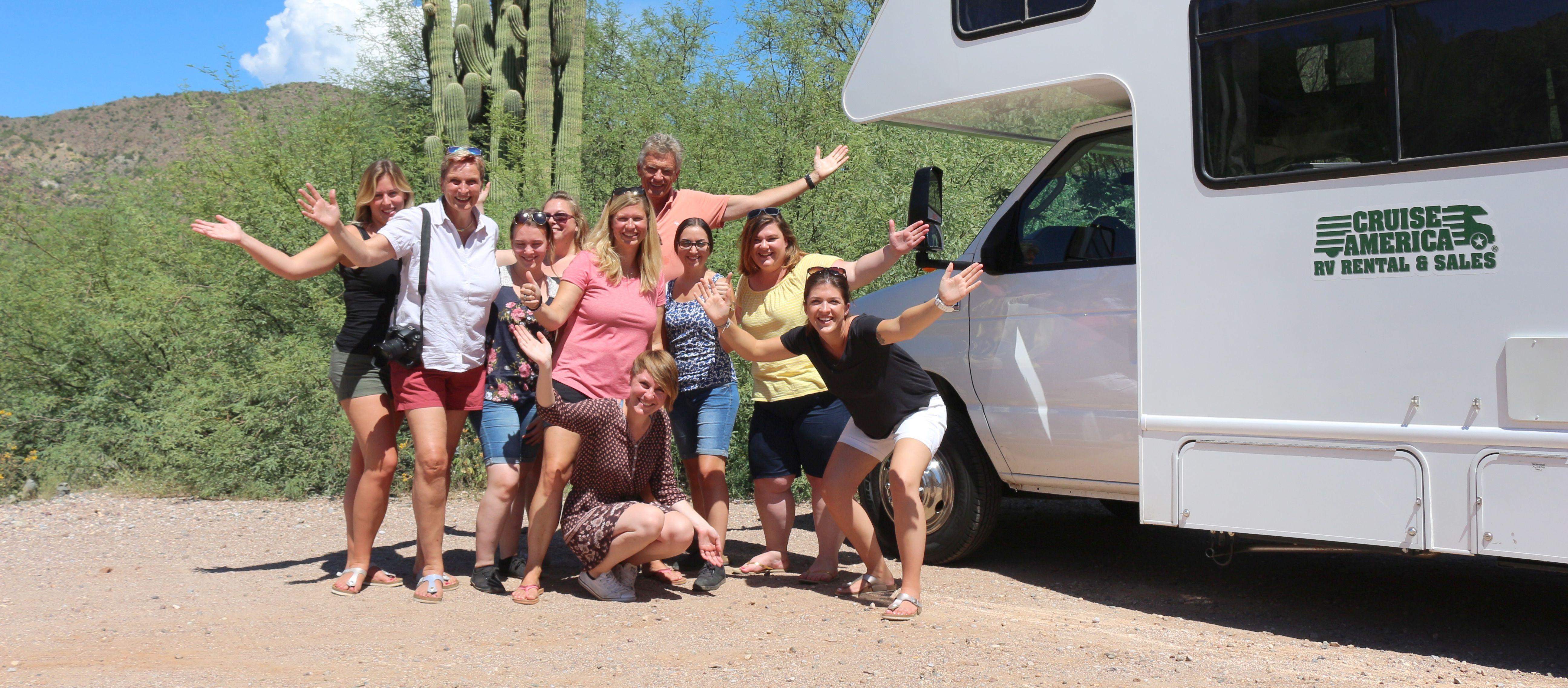 Gruppenbild vor dem C30 Wohnmobil von Cruise America