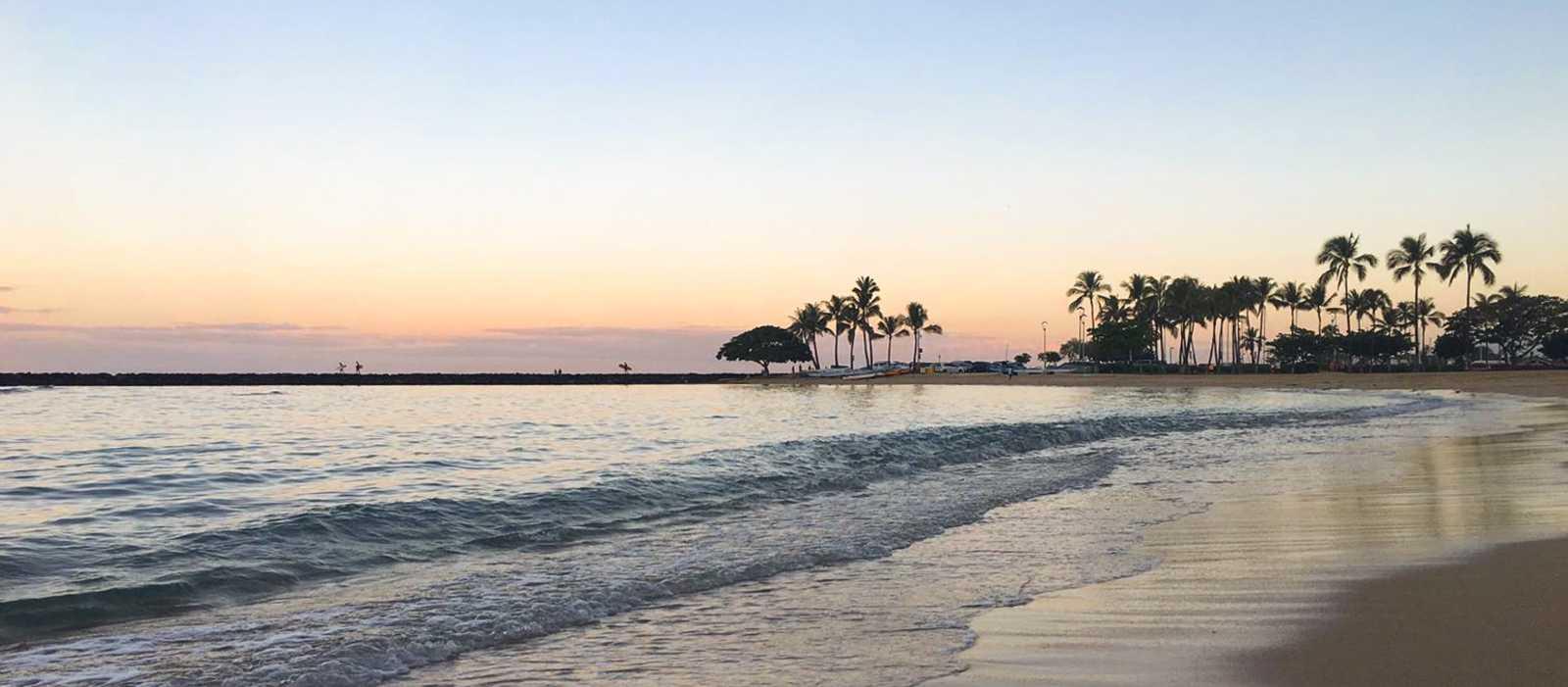 Ein Sonnenuntergang am Waikiki Beach in Oahu