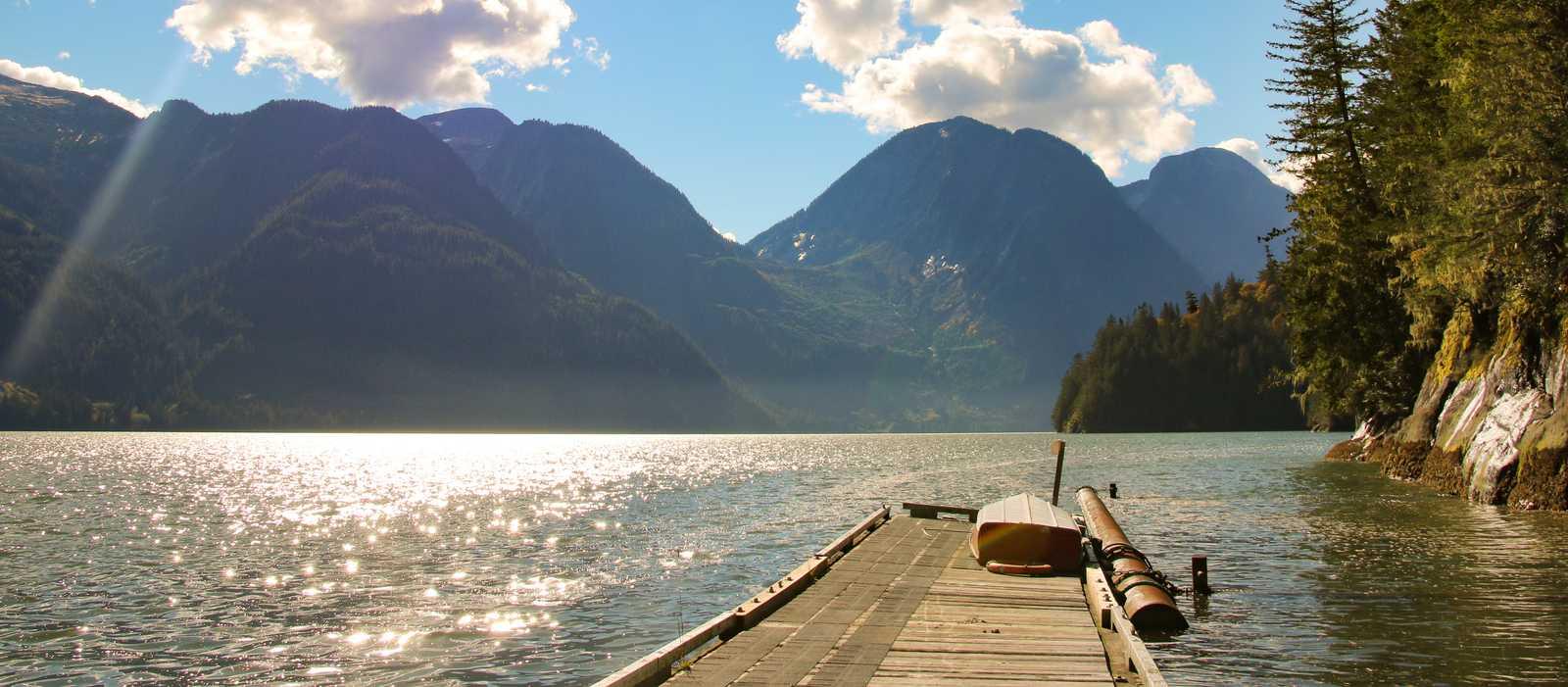 Ein kleiner Steg am Fjord Toba Inlet an der Küste von British Columbia