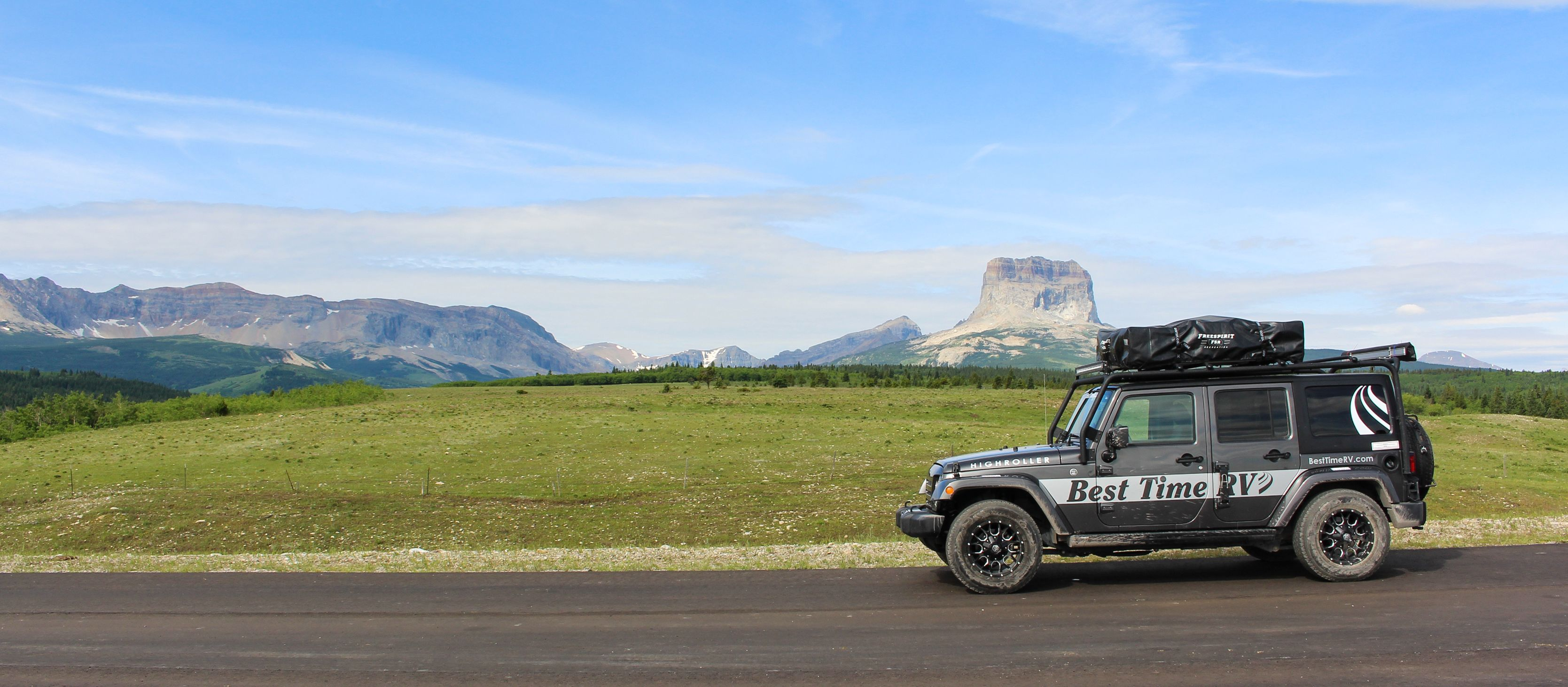 Ein Best Time RV Jeep vor dem Chief Mountain in Montana