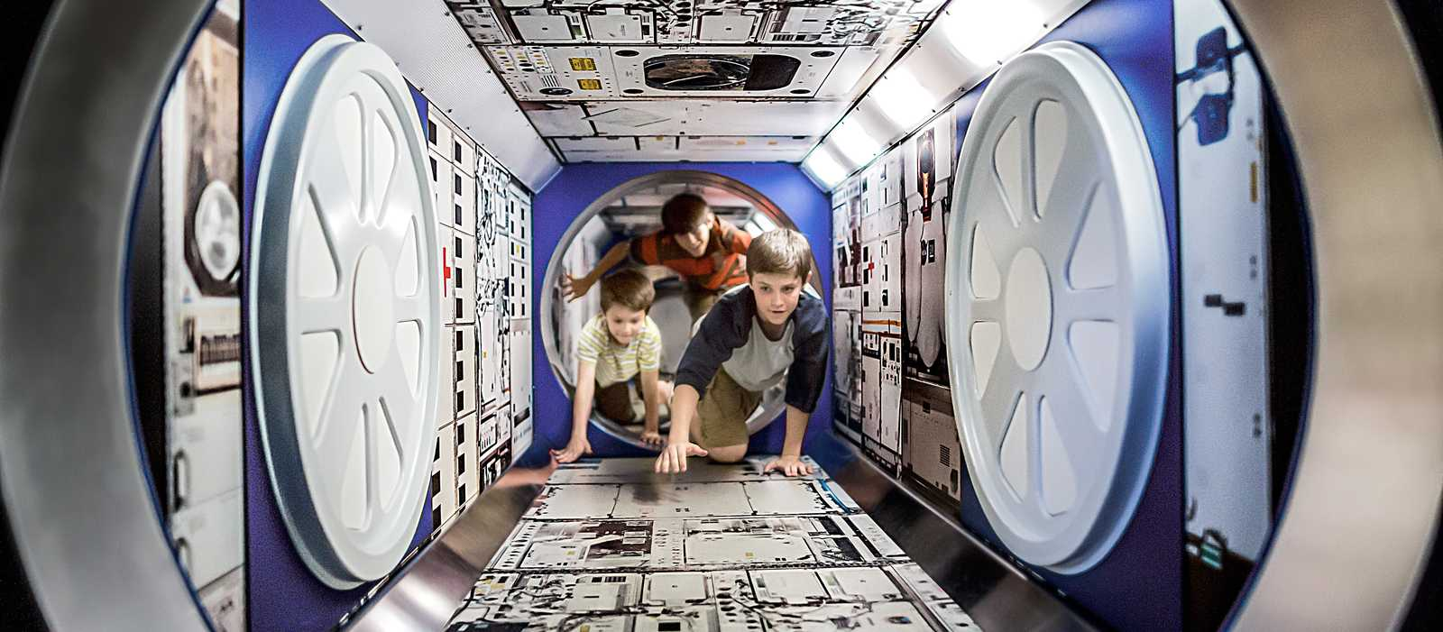 Kinder erforschen das Kennedy Space Center auf Merritt Island in Florida