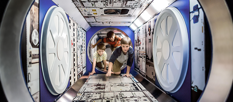 Kinder erforschen das Kennedy Space Center auf Merritt Island in Florida