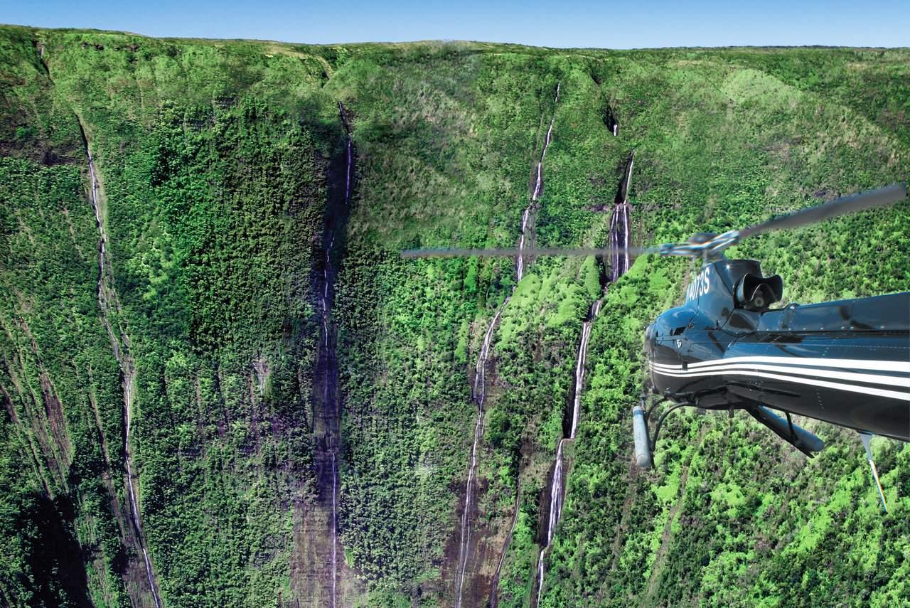 Helikopter über den Hi'ilawe Wasserfällen auf Big Island, Hawaii