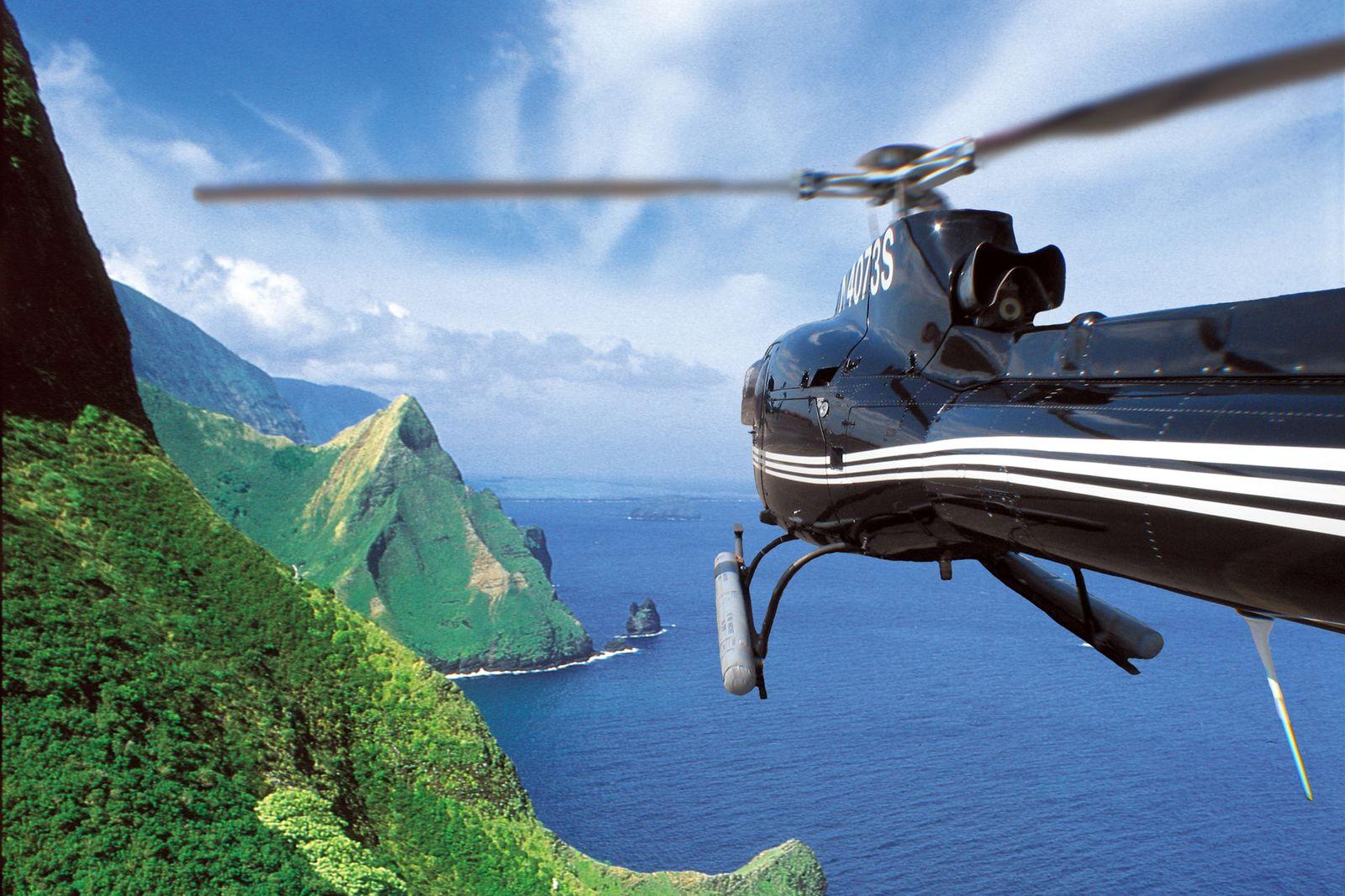 Helikopter über der Küste von Maui, Hawaii