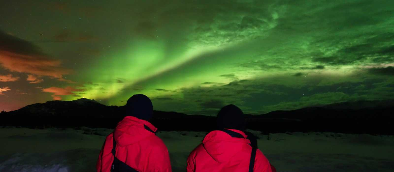 2 Leute beobachten die Aurora Borealis