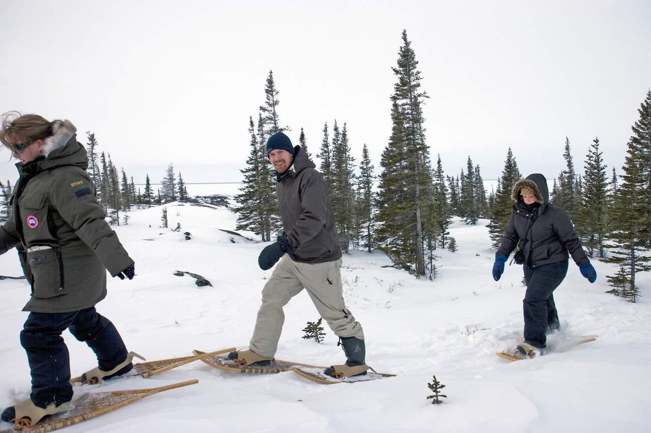Unterwegs auf Schneeschuhen während einer Tour von Frontier North