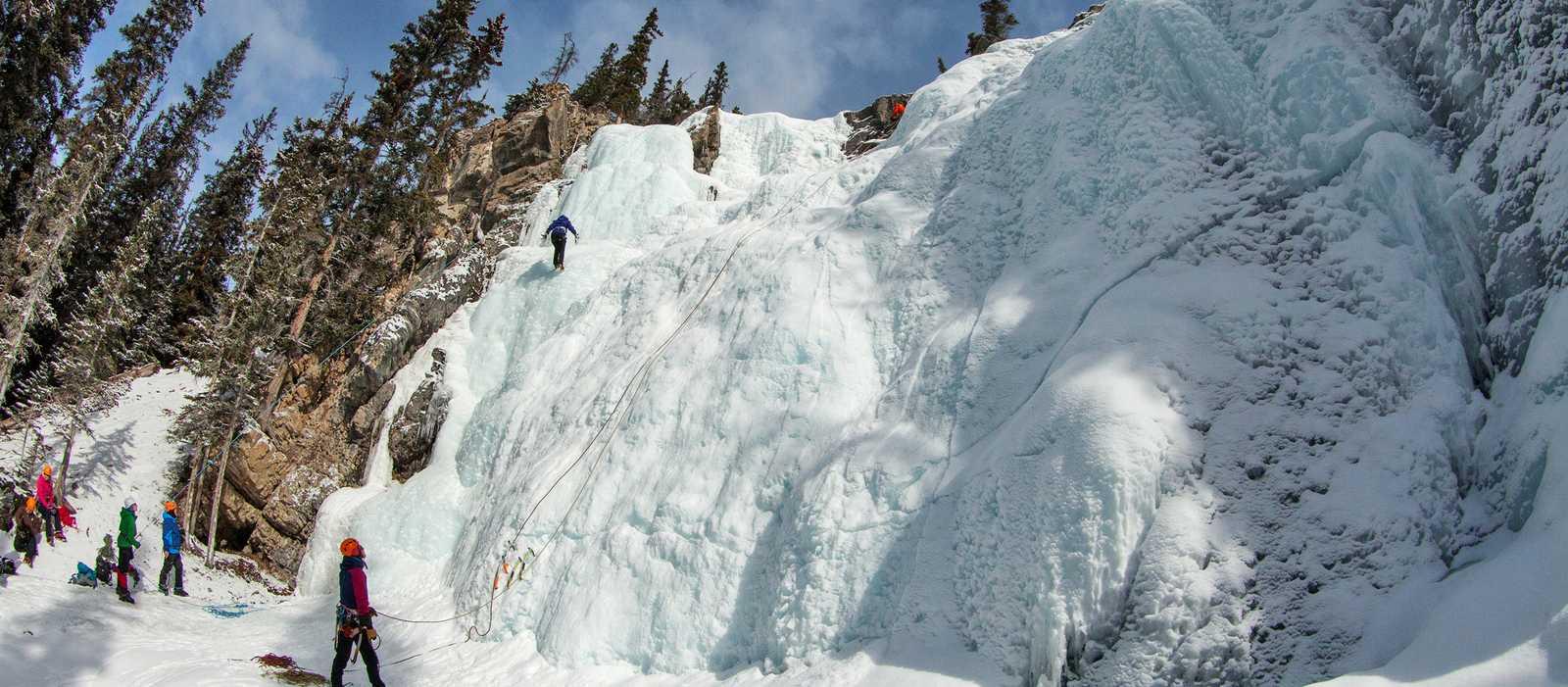 Eisklettern am gefrorenen Wasserfall in Jasper, Alberta