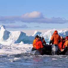 Mit dem Schlauchboot durch das Eismeer