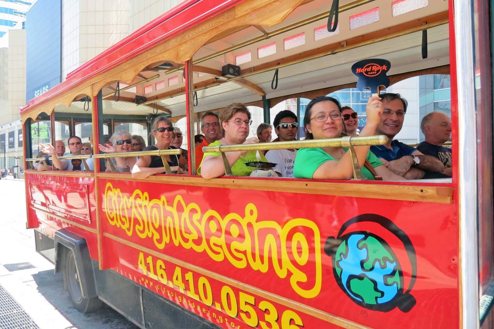 Toronto Stadtrundfahrt Step on - Step off, Touristen im City-Sightseeing-Bus
