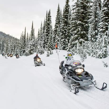 Unterwegs mit dem Schneemobil im Sun Peaks Resort