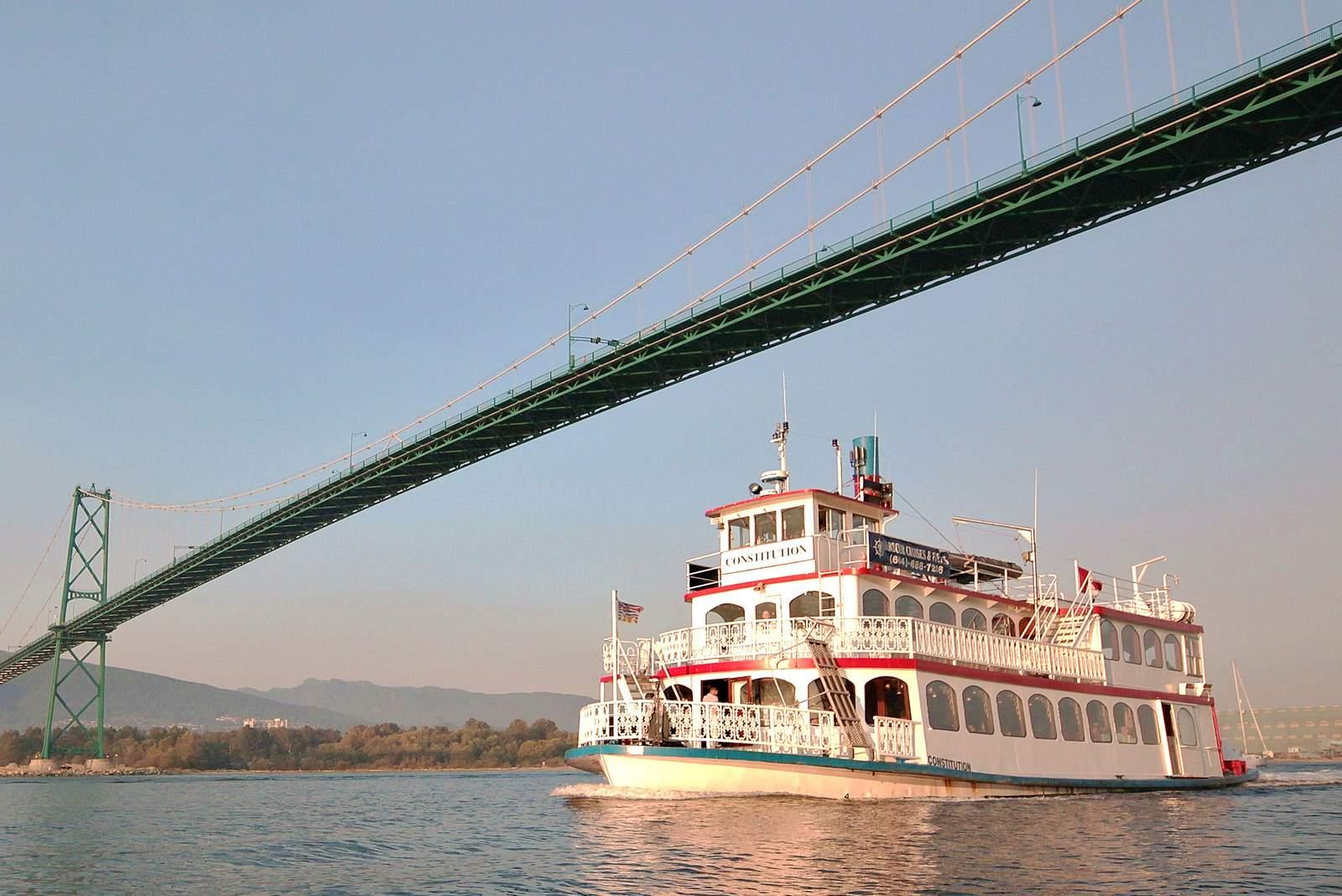 Schiff unter der Lionsgate Brücke