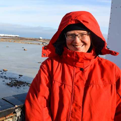 Mitarbeiterin Karin auf einem Tundra Buggy