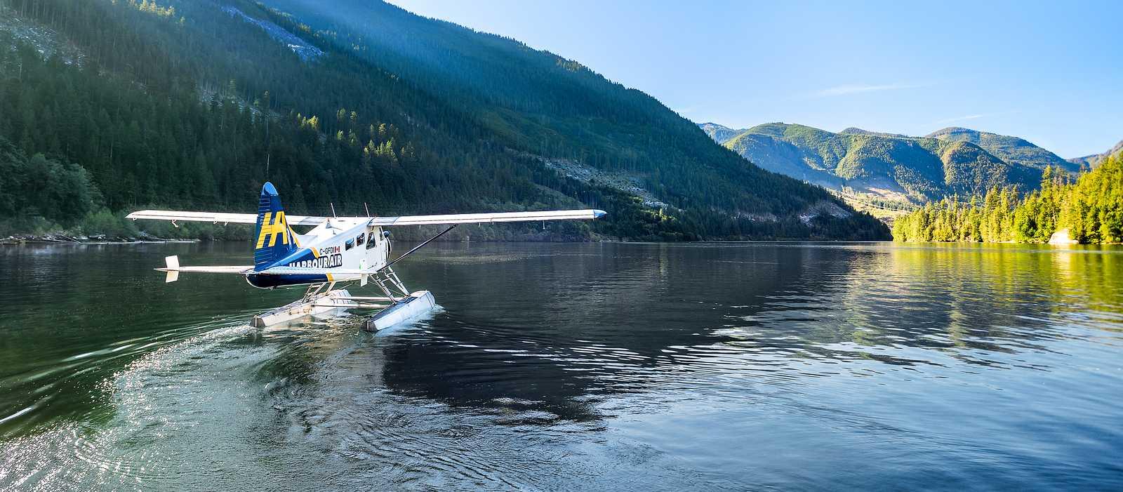 Ein Wasserflugzeug der Harbour Air nahe der Chatterbox Wasserfälle in Kanada