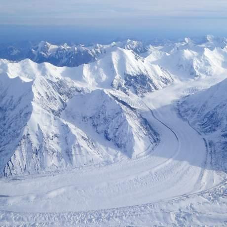 Blick aus dem Flugzeug auf die Alaska Mountain Range