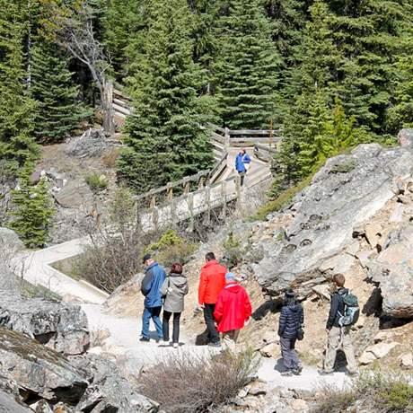 Reisende von American Ring Travel auf dem Weg zum Moraine Lake