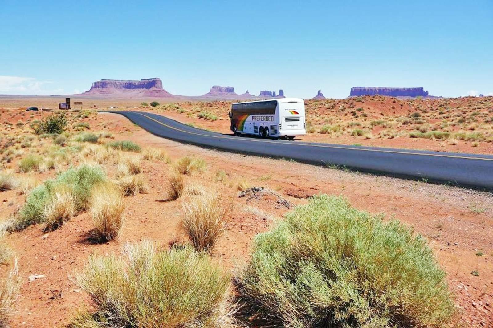 Mit dem Reisebus unterwegs im Monument Valley