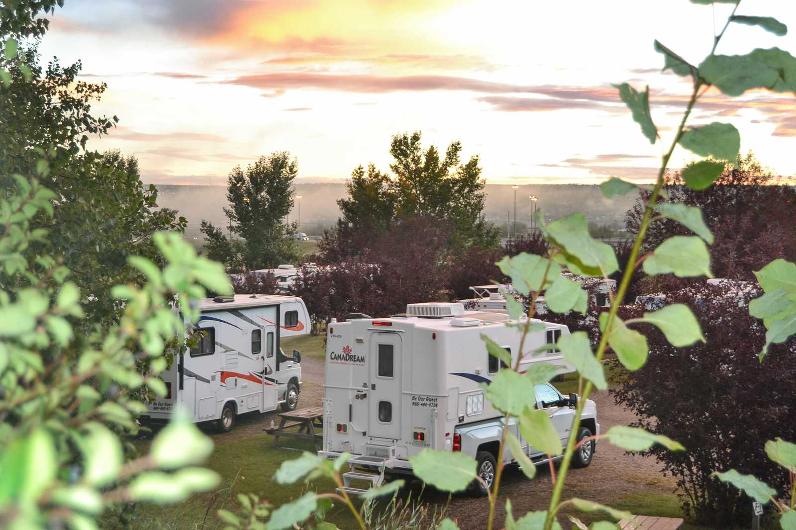 CanaDream Camper auf dem Calgary West Campground in Alberta