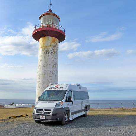 Ein CanaDream DVC Modell unterwegs am Cape Madeline Leutturm in Gaspesie, Quebec