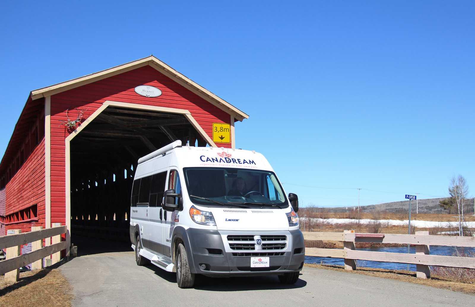 Ein CanaDream DVC Modell an der Heppel Covered Brücke in Quebec