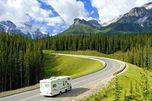 Einer der unzähligen Highways durch Kanadas traumhafte Natur