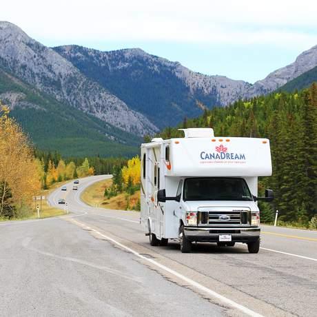 Canadream Wohnwagen auf dem Highway 40 in Kananaskis County, Alberta
