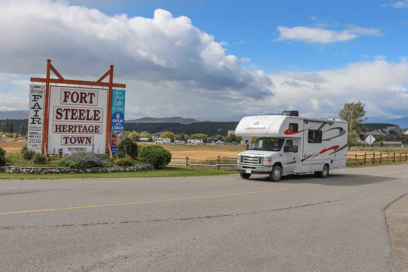 Unterwegs mit einem Maxi Motorhome Camper von CanaDream in Fort Steele Heritage Town in British Columbia