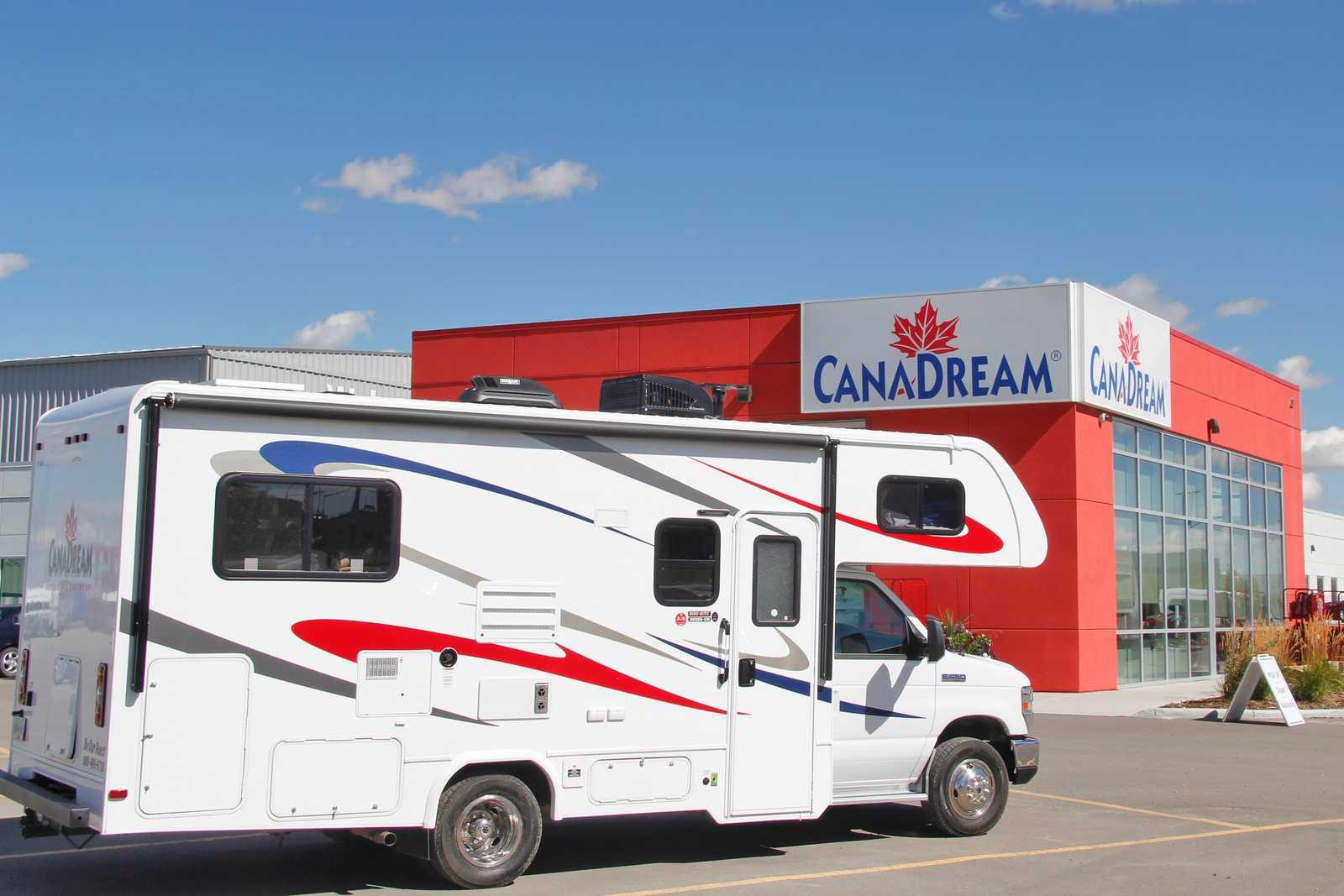 Ein Maxi Motorhome Camper von CanaDream vor der CanaDream Abholstation in Calgary