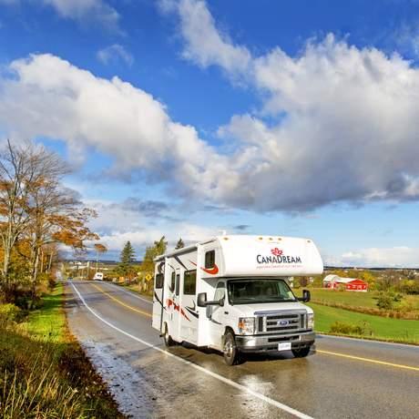 Canadream MHB nach einem Regenschauer in Hawkesville im Herbst, Ontario