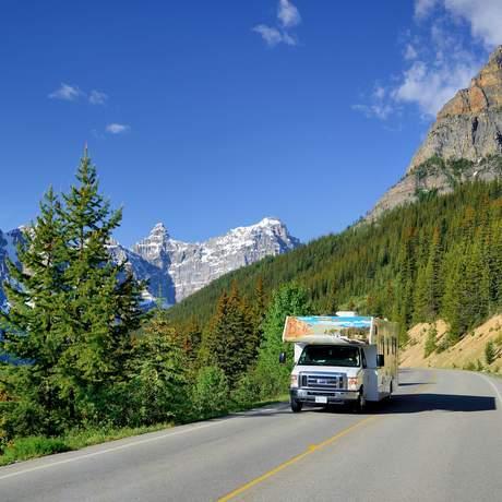 Ein Cruise Canada Wohnmobil unterwegs am Morain Lake im Banff Nationalpark, Alberta