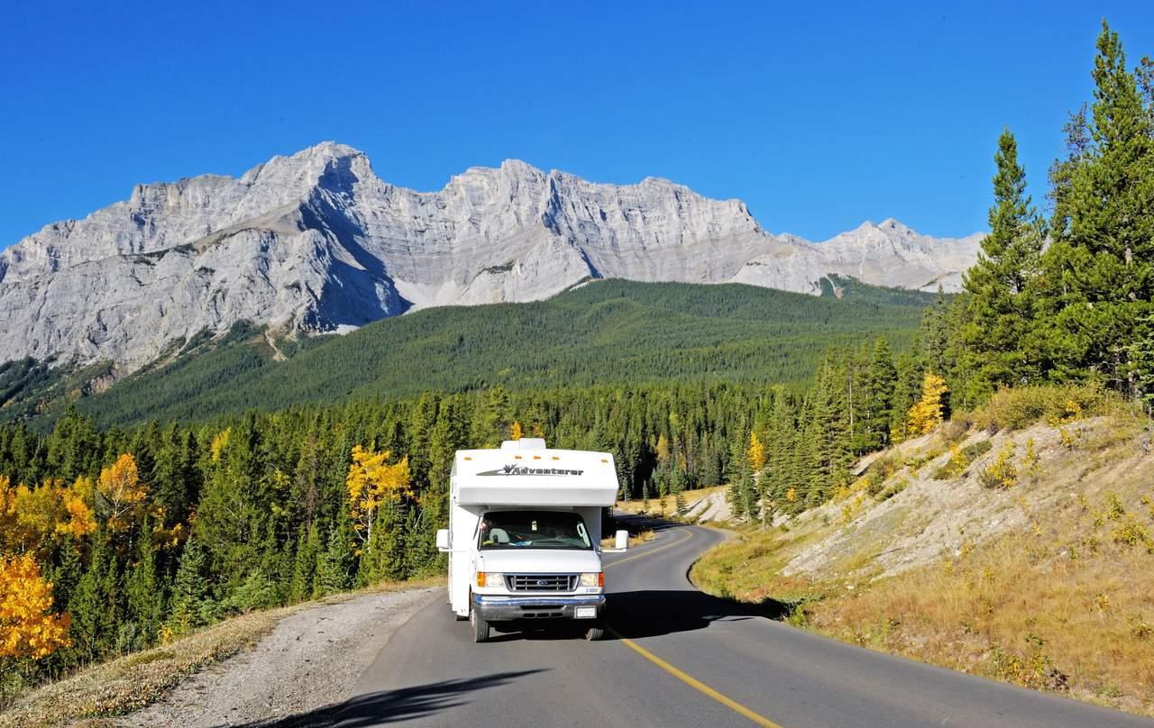 Camper vor Wald und bergen