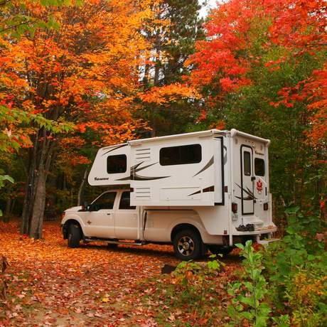 Fraserway Truck Camper im Herbst