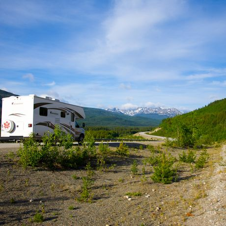 Camper auf Alaska Highway in Yukon, Canada