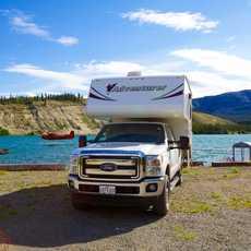 Wohnmobil am Schwatka Lake in Yukon, Canada