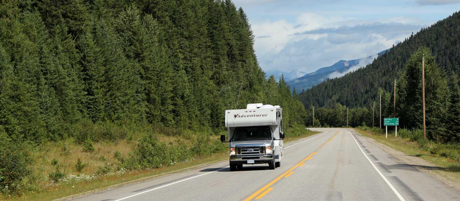 Das C22 Wohnmobil von Fraserway unterwegs auf dem Highway 5 in British Columbia