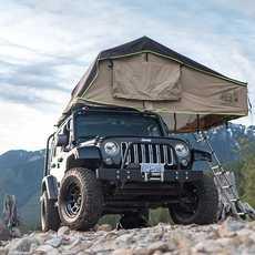 Aufgebautes Zelt auf dem Jeep