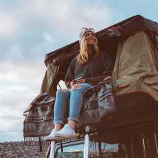 Der Jeep Wrangler mit aufgebautem Zelt