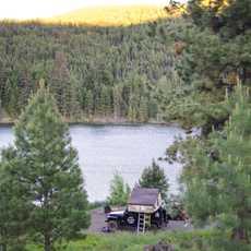 Jeep Camper von Hastings Overland auf dem Harmon Lake Campground in Kanada